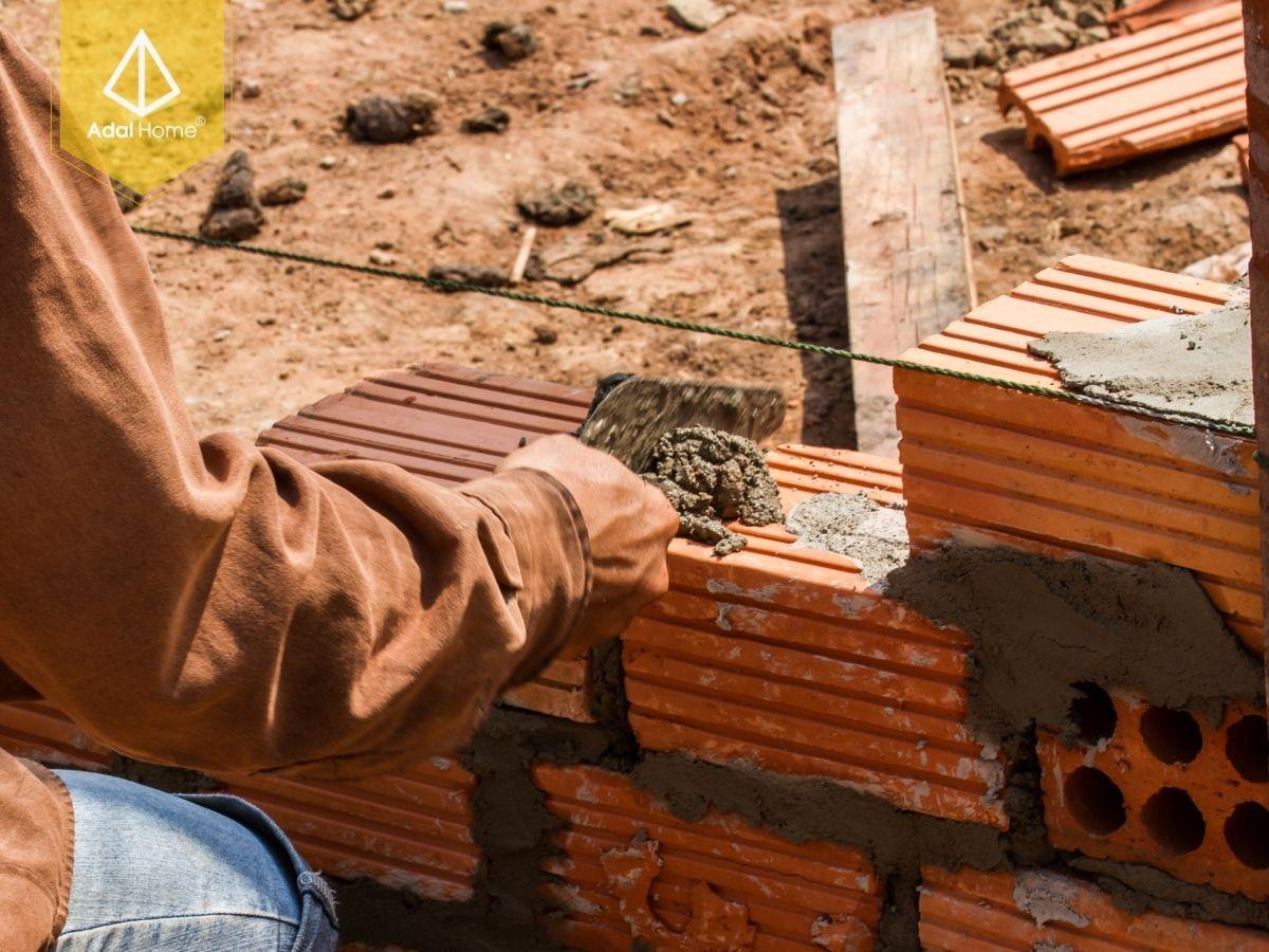 Một đội thợ đang cải tạo một ngôi nhà cũ
